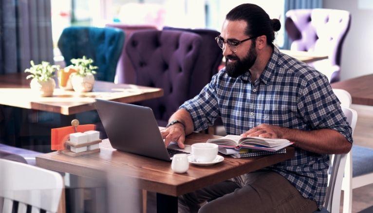 איך מתרגמים ערוץ תוכן לערבית?